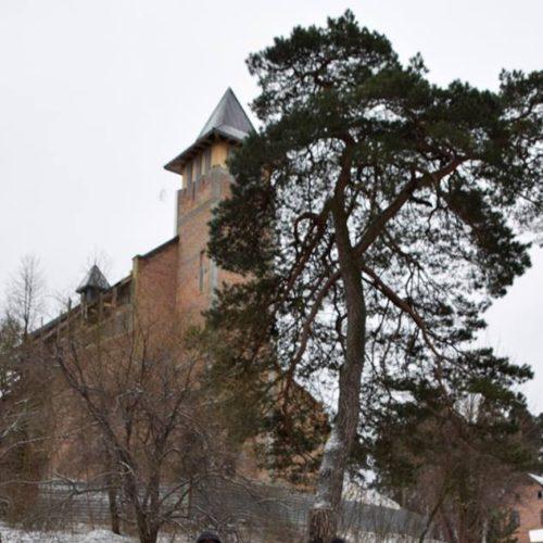 Przed kościołem św. Teresy od Dzięciątka Jezus w Brzuchowicach